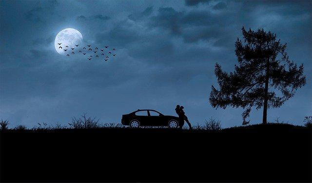 Couple Kiss Car Night Moon  - _Vane_ / Pixabay