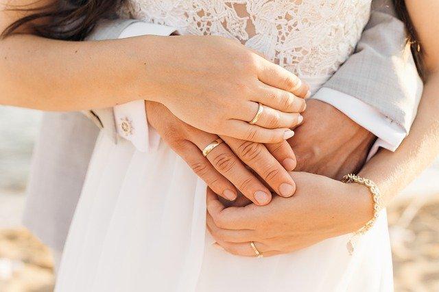 Hand Wedding Marriage Couple Love  - lubovlisitsa / Pixabay