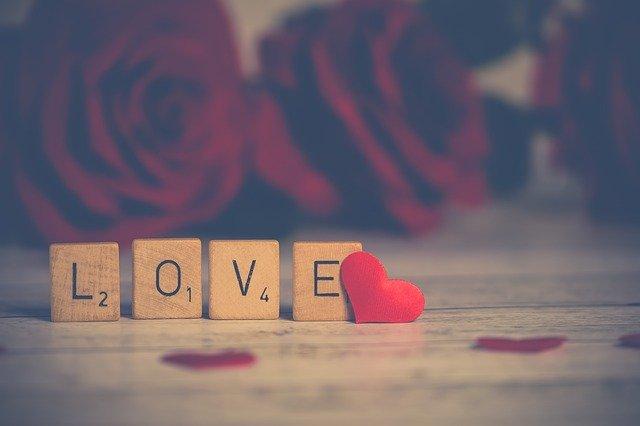 Love Valentine Heart In Love  - Nietjuh / Pixabay