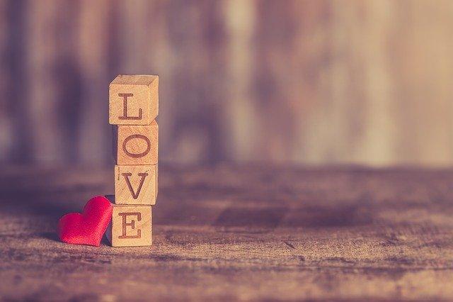 Love Valentine Romantic Heart  - Nietjuh / Pixabay